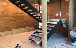 Установлена деревянная часть лестницы.