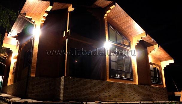 """А здесь сразу понимаешь мысль архитектора по выпуску деревянных конструкций.Дом """"играет"""" тенями!"""