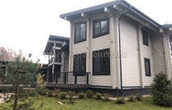 В домокомплекте есть непрямые углы. Дом раскрывается гостиной на лес. Отсюда и формы фасадов.