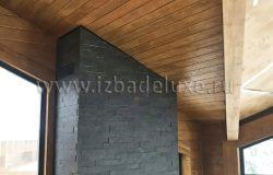 Потолки лиственница прекрасно сочетается с камнем камина.
