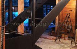 Следующий этап - установка деревянных и стеклянных элементов.