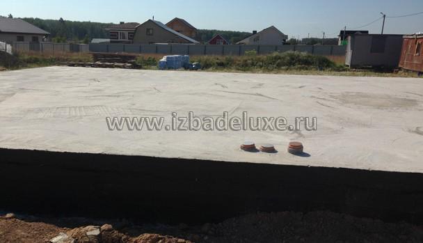 Фундамент дома - ростверк на сваях и плита перекрытия сверху.