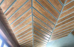 Благодаря интересному монтажу и подготовке материала получился 3D эффект. Кажется, что потолок имеет искривления в плоскостях. Но он совершенно ровный. :)