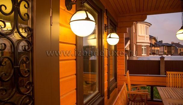 Сочетание светильников, с ковкой двери и деревом фасадов!