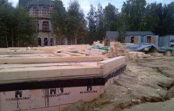 """Установка первого венца. В доме - 17 эркерных узлов, которые были зарезаны на площадке нашими плотниками. Специфика архитектуры данного дома - отсутствие """"перерубов""""."""