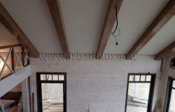 Декоративные балки потолка.