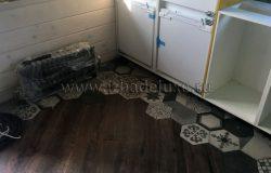 Поставщики кухни на подготовленное основание и стены устанавливают кухню.