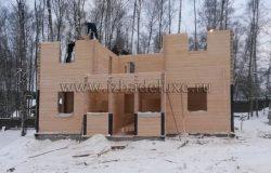 Уже начинает вырисовываться архитектурный облик дома.