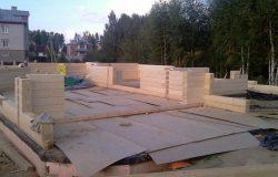 На бетонную плиту перекрытия уложены листы картона - дополнительная аккуратность сборки.