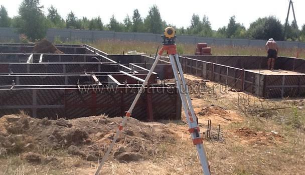 Нивелир используется на всех этапах строительных работ.