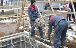Вибрируем бетон, чтобы стены были удеальными и не было воздуха внутри бетонной смеси.