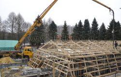 Сняли терпулин и бетонанасос подает бетон.