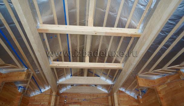 Потолок - пленки и балки.
