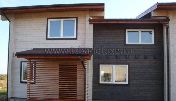 По задумке архитектора центральная часть дома - серая, правая и левая части - выбелены