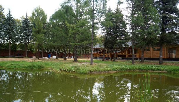 """Дом большой, но """"спрятался"""" за деревьями."""