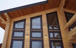Фасад. Окна и наличники очень эффектны в этом проекте.