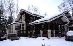 Когда дом в снегу, совсем по-другому смотрятся цветовые решения стен, подшив и окон.