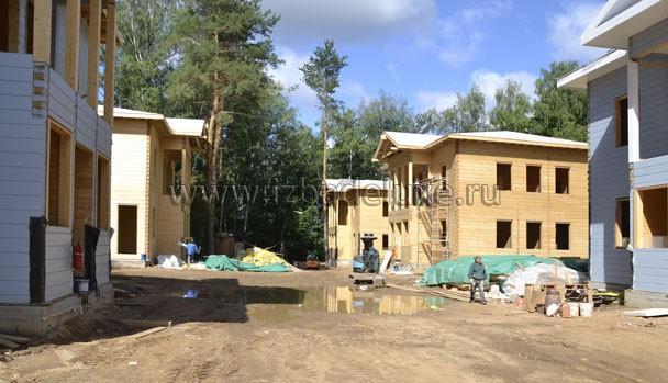 Часть домов покрашена.
