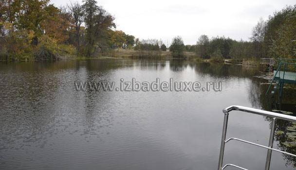 Строительство ведется на берегу озера