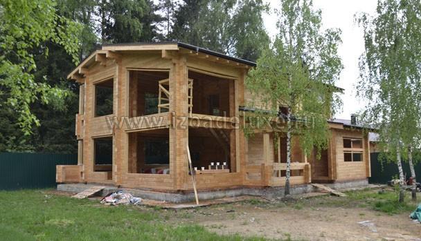 В итоге - дом будет просто покрыт матовым лаком, бесцветным. Подшивки свесов будут темно-коричневые.