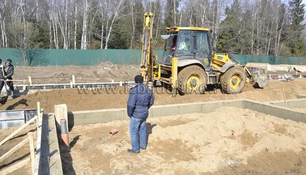 Страшно? Если бетон и арматура качественно сделаны и связаны - выдержать ростверк может и экскаватор. :)