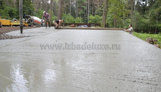 Вибратором вибрируем бетон для заполнения всех полостей.