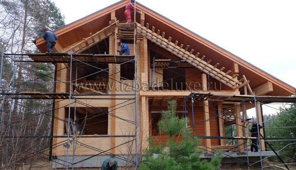 Начали подшивку свесов. Свесы покрашены в цвет дома, зрительно увеличивают высоту стен.