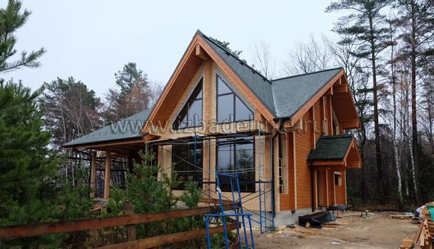 Вид на фасад с установленными оконными блоками.
