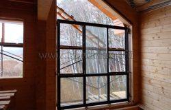 Начали монтаж оконных блоков. Окна деревянные, из сосны.