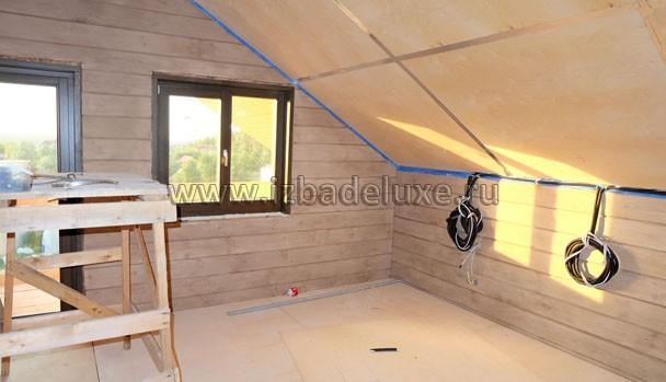 Внутри. Здесь остались потолки и напольное покрытие. Очень сложный дизайн потолков в дизайн-проекте.