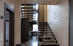 Лестница со стеклянным ограждением.