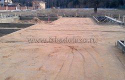 При трамбовке утрамбовывается до 30% песка.