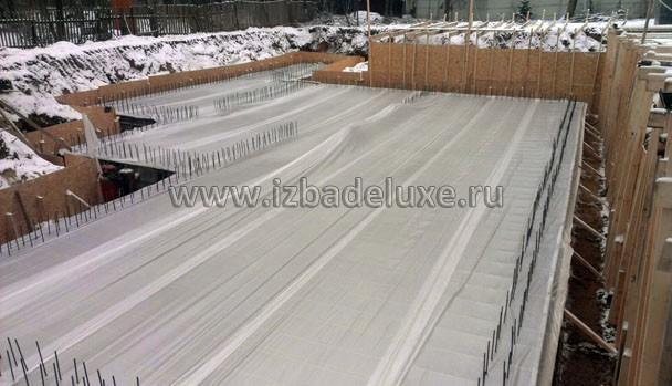 Накрываем, чтобы равномерно остывал. Используются присадки до минус 15 градусов. Но с погодой везет, даже не приходится греть бетон.