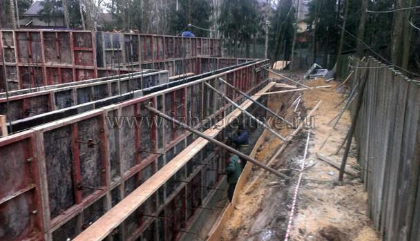 Дополнительно разкрепляем опалубку от грунта, чтобы не выдавило, когда пойдет бетон.