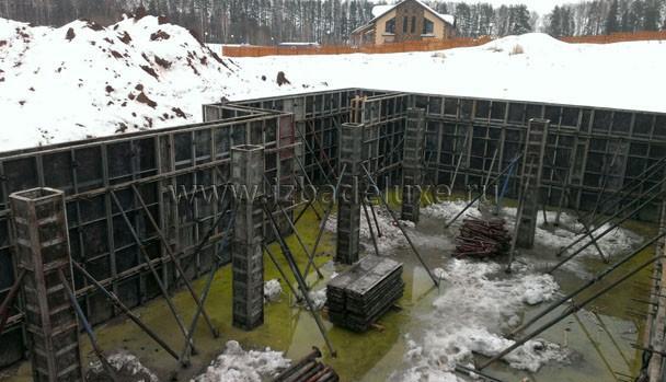 Что такое зеленовато-желтое? :) Это присадка для бетона, гидроизоляция бассейна.