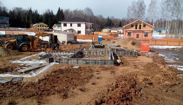 Впереди сваи и ростверк основного дома. Сверху будет плита.