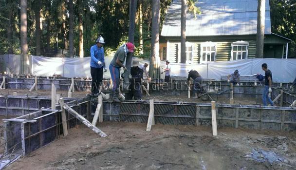 На площадке был технадзор. Замечание - одна свая (из 130) в процессе бетонирования сместилась с оси. Переделали. :) На таком фундаменте - это даже не замечания.