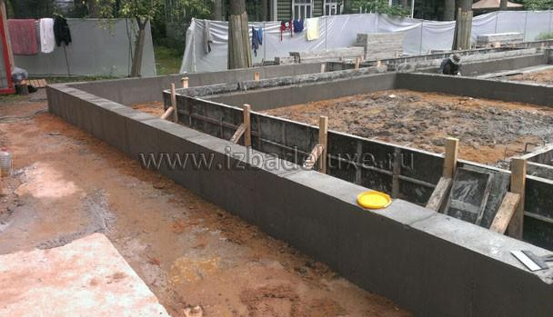 Посмотрите какая идеальная заливка. И по геометрии, и по качеству укладки бетонной смеси. Качество укладки зависит от качества бетона и качества виброусадки. Если видроусадка сделана не для профанации, то получаются такие стены. :)