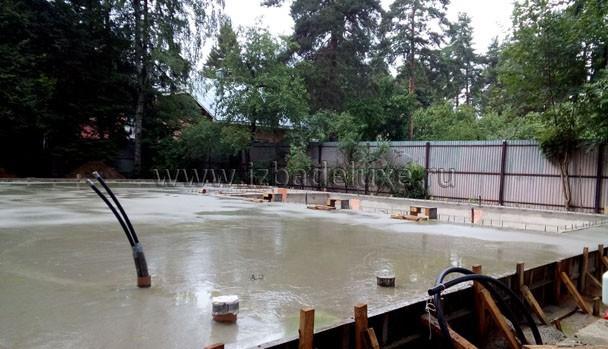 Погода с дождем - самый хороший вариант для залитого бетона.