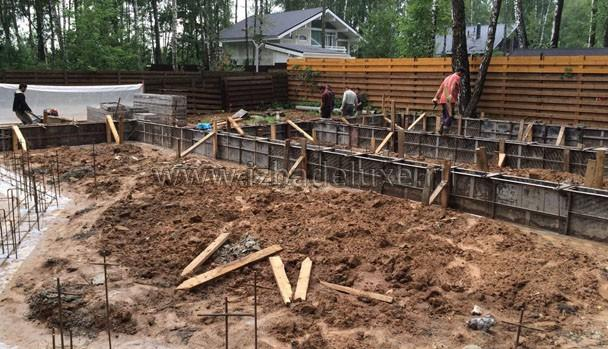 Дополнительно усиляем опалубку - большой объем бетона.