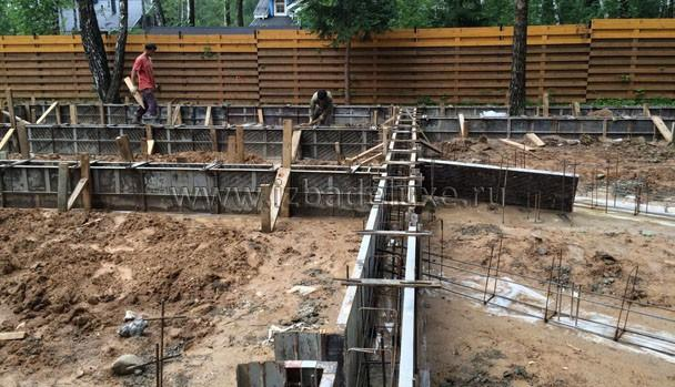 Ждем внутренний технадзор, без него не будет команда на поставку бетона. В работе над объектом работает 4 инженера.