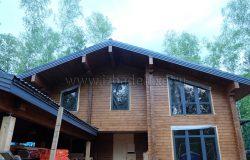 Фасад от въезда. Наличники и облицовка цоколя и внешняя красота готова. :)