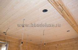Потолки и провода светильников.