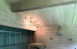 Стены и потолок по дизайн-проекту в одинаковых цветах. Акценты дизайнер сделала на мебели и элементах декора.