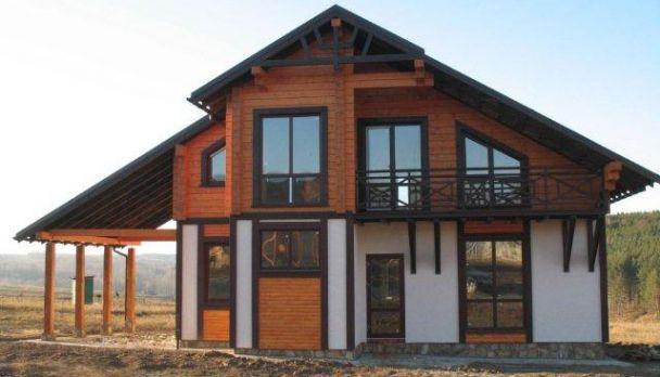 Комбинированный дом из клееного бруса в коттеджном поселке