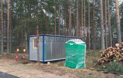 Завезли бытовку и биотуалет. Деревья складировали под вывоз мусора.