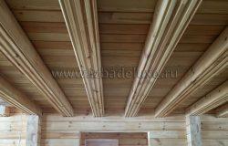 Балки потолка будут видимые по дизайн-проекту, между ними лиственница.
