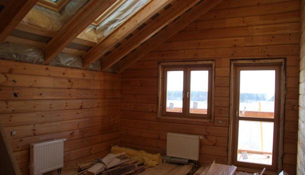 Ничто так не делает помещение больше и светлее, чем мансардные окна и открытая дверь балкона. Вид на Волгу.