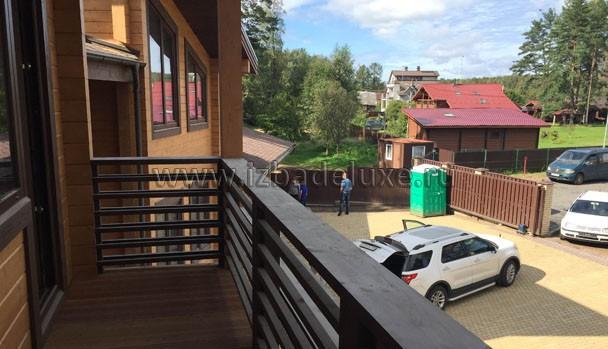 Вид сверху с балкона.