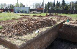 Ровные стенки выкопали вручную.